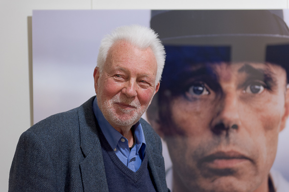 The photographer Robert Lebeck in front of his portrait from Joseph Beuys.