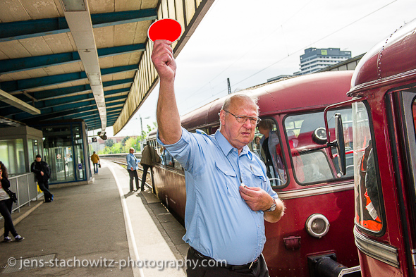 The train guard authorizes the departure (Jens Stachowitz)